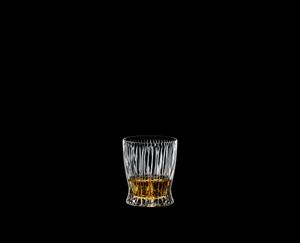 RIEDEL Tumbler Collection Fire Whisky gefüllt mit einem Getränk auf schwarzem Hintergrund