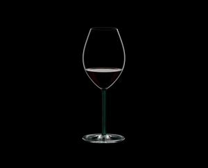 RIEDEL Fatto A Mano Syrah Grün R.Q. gefüllt mit einem Getränk auf schwarzem Hintergrund