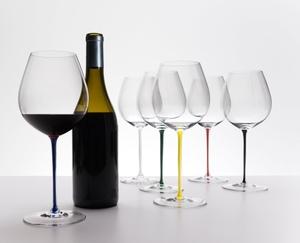 RIEDEL Fatto A Mano Pinot Noir Dark Blue R.Q. in use