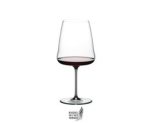 RIEDEL Winewings Restaurant Cabernet Sauvignon rempli avec une boisson sur fond blanc