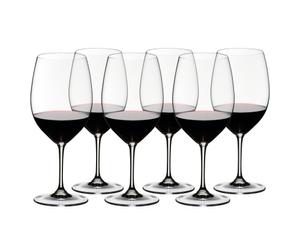 RIEDEL Vinum Cabernet Sauvignon/Merlot (Bordeaux) gefüllt mit einem Getränk auf weißem Hintergrund