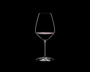 RIEDEL Extreme Restaurant Shiraz gefüllt mit einem Getränk auf schwarzem Hintergrund