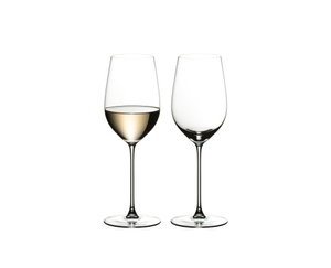 Two RIEDEL Veritas Riesling/Zinfandel glasses side by side on white background. The left one is filled with white wine, the one on the right side is empty.