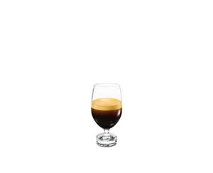 NESPRESSO Reveal Lungo riempito con una bevanda su sfondo bianco