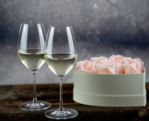 6 filled RIEDEL Vinum champagne wine glasses slightly offset in 2 rows on a white background