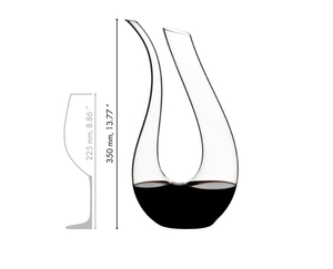 Red wine filled RIEDEL Amadeo Decanter and a schematic wine glass icon which shows the height of the decanter and the wine glass in relation.