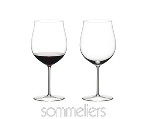 Two RIEDEL Sommeliers Burgundy Grand Cru glasses on white background. The glass on the left side is filled with red wine, the one on the right side is empty. Below the two glasses the Sommeliers logo is placed.