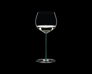RIEDEL Fatto A Mano Chardonnay (im Fass gereift) Grün R.Q. gefüllt mit einem Getränk auf schwarzem Hintergrund