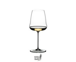 RIEDEL Winewings Restaurant Chardonnay gefüllt mit einem Getränk auf weißem Hintergrund
