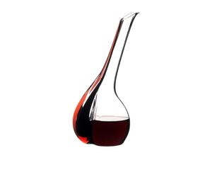 RIEDEL Decanter Black Tie Touch Red con bebida en un fondo blanco