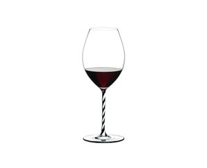 RIEDEL Fatto A Mano Syrah Schwarz & Weiß gefüllt mit einem Getränk auf weißem Hintergrund