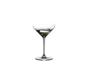RIEDEL Extreme Restaurant Cocktail gefüllt mit einem Getränk auf weißem Hintergrund