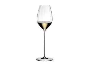 RIEDEL High Performance Riesling Klar gefüllt mit einem Getränk auf weißem Hintergrund