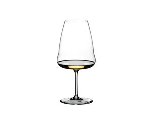 RIEDEL x KATE & KON - Veltliner Loibner Love con bebida en un fondo blanco