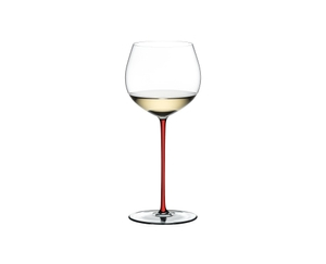 RIEDEL Fatto A Mano Oaked Chardonnay Red rempli avec une boisson sur fond blanc