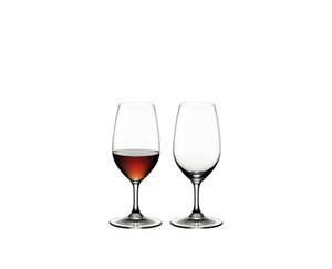 2 RIEDEL Vinum Port glasses side by side. The glass on the left is filled with port wine, the other glass is empty.