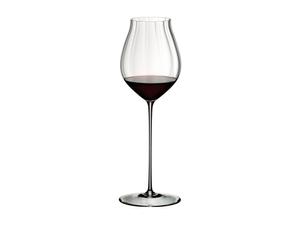 RIEDEL High Performance Pinot Noir Clear riempito con una bevanda su sfondo bianco
