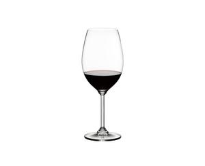 RIEDEL Wine Syrah/Shiraz gefüllt mit einem Getränk auf weißem Hintergrund