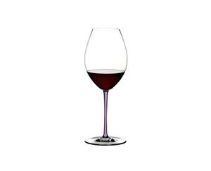 RIEDEL Fatto A Mano Syrah Opalviolett gefüllt mit einem Getränk auf weißem Hintergrund
