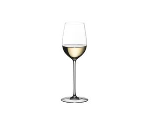 RIEDEL Superleggero Viognier/Chardonnay gefüllt mit einem Getränk auf weißem Hintergrund