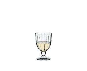 RIEDEL Sunshine Restaurant All Purpose Glass rempli avec une boisson sur fond blanc
