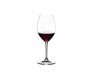 RIEDEL Restaurant Old World Syrah rempli avec une boisson sur fond blanc