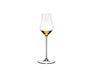 RIEDEL Performance Restaurant Spirits gefüllt mit einem Getränk auf weißem Hintergrund