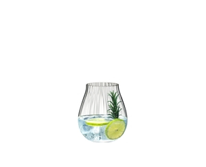RIEDEL Tumbler Collection Optical O All Purpose Glass con bebida en un fondo blanco