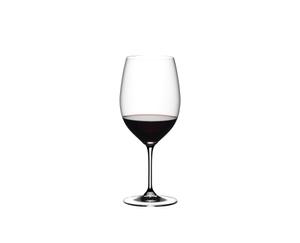 RIEDEL Vinum Cabernet Sauvignon rempli avec une boisson sur fond blanc