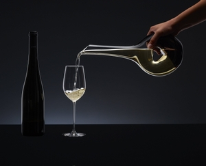 RIEDEL Decanter Black Tie Bliss in use