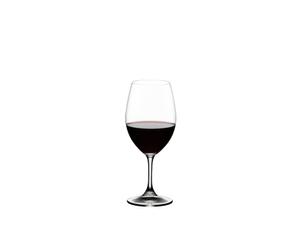 RIEDEL Ouverture Red Wine rempli avec une boisson sur fond blanc