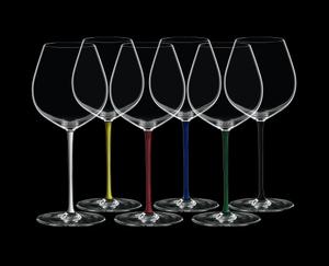 RIEDEL Fatto A Mano Alte Welt Pinot Noir Vorteilsset auf schwarzem Hintergrund