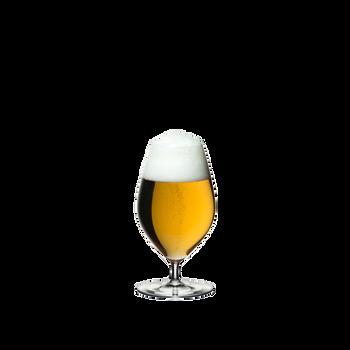 RIEDEL Veritas Restaurant Bier gefüllt mit einem Getränk auf weißem Hintergrund