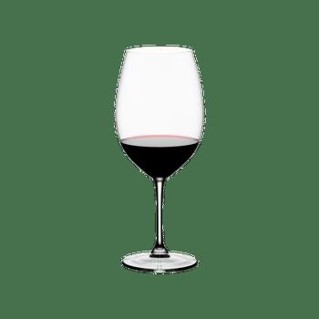RIEDEL Restaurant Bordeaux Grand Cru gefüllt mit einem Getränk auf weißem Hintergrund