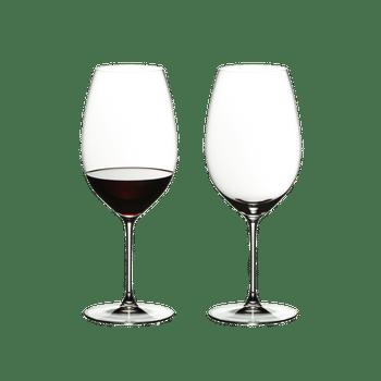 RIEDEL Veritas New World Shiraz rempli avec une boisson sur fond blanc