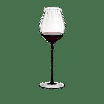 RIEDEL High Performance Pinot Noir Schwarz gefüllt mit einem Getränk auf weißem Hintergrund