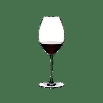 RIEDEL Fatto A Mano Syrah Grün gefüllt mit einem Getränk auf weißem Hintergrund