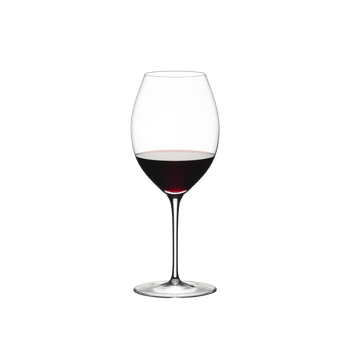 RIEDEL Sommeliers Hermitage con bebida en un fondo blanco