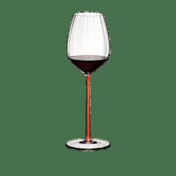 RIEDEL High Performance Cabernet Rot gefüllt mit einem Getränk auf weißem Hintergrund