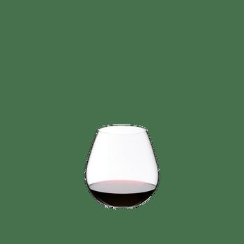 RIEDEL Restaurant O Pinot/Nebbiolo gefüllt mit einem Getränk auf weißem Hintergrund