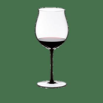 RIEDEL Sommeliers Black Tie Burgunder Grand Cru gefüllt mit einem Getränk auf weißem Hintergrund