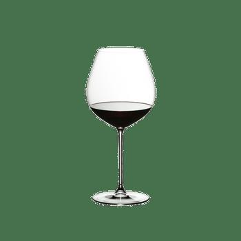 RIEDEL Veritas Restaurant Alte Welt Pinot Noir gefüllt mit einem Getränk auf weißem Hintergrund