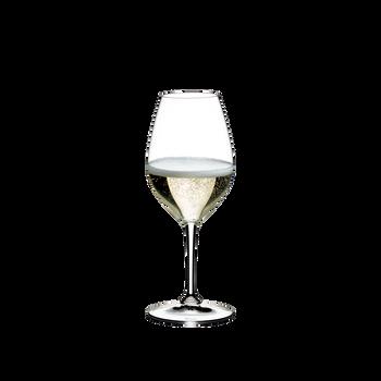 RIEDEL Restaurant Champagner Weinglas gefüllt mit einem Getränk auf weißem Hintergrund