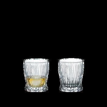RIEDEL Tumbler Collection Fire Whisky gefüllt mit einem Getränk auf weißem Hintergrund