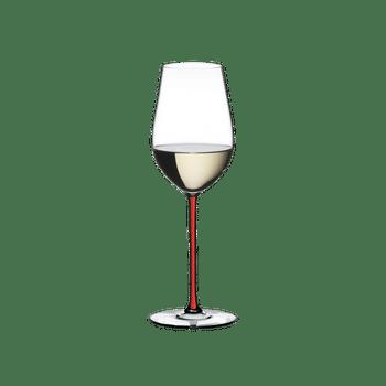 RIEDEL Fatto A Mano Riesling/Zinfandel Rot R.Q. gefüllt mit einem Getränk auf weißem Hintergrund