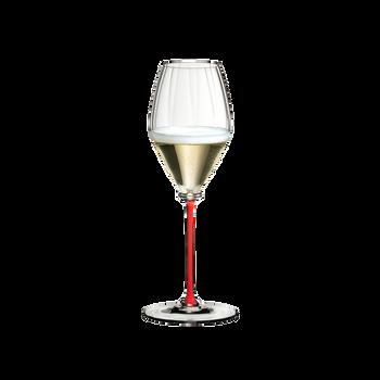RIEDEL Fatto A Mano Performance Champagnerglas Rot gefüllt mit einem Getränk auf weißem Hintergrund
