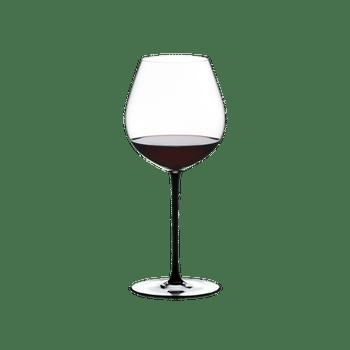RIEDEL Fatto A Mano Pinot Noir Schwarz R.Q. gefüllt mit einem Getränk auf weißem Hintergrund
