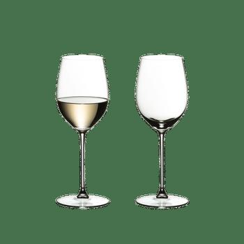 RIEDEL Veritas Viognier/Chardonnay rempli avec une boisson sur fond blanc
