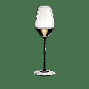 RIEDEL High Performance Riesling Schwarz gefüllt mit einem Getränk auf weißem Hintergrund