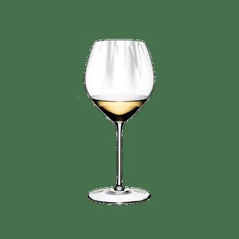 RIEDEL Performance Restaurant Chardonnay gefüllt mit einem Getränk auf weißem Hintergrund